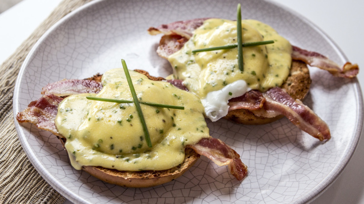 Poached Eggs with Chive Hollandaise Sauce Recipe foto