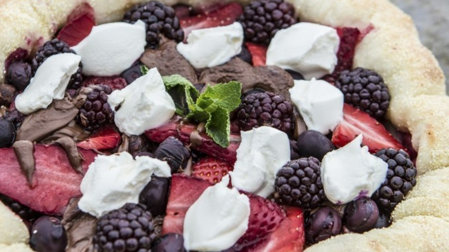 CHOCOLATE AND BERRY PIZZA
