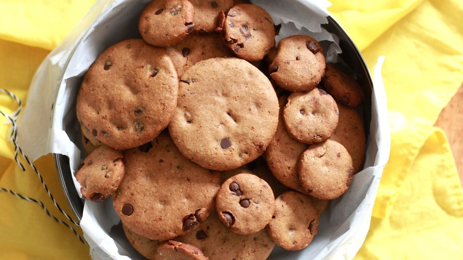 HEALTHY CRUNCHY CHOCOLATE CHIP COOKIES