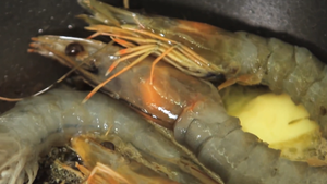 cook the shell-on prawns